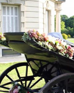 Esküvői hintó virágdekoráció