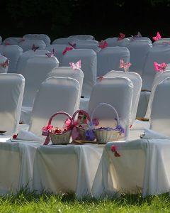 Esküvői székdíszítés kertben pillangókkal
