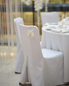 Esküvői székdíszítés orchidea fejekkel