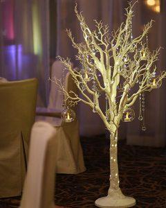 Esküvői teremdíszítés meseszép fehér dekorfákkal, kristályokkal