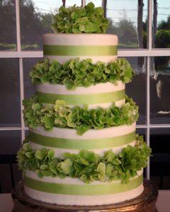 Esküvői tortadísz zöld hortenziákkal