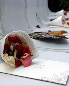 Esküvői virágtölcsérek szirmokkal