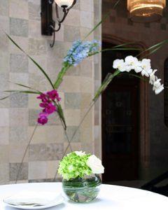 Hortenzia koktélváza rózsával