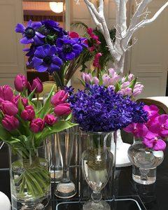 Lila és pink tavaszi virágokból készült lobby asztaldísz