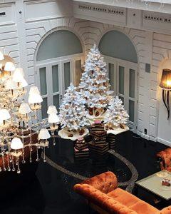 Karácsonyi dekoráció fehér fákkal a Prestige hotelben