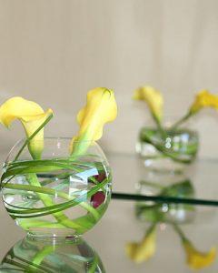 Koktéldekoráció sárga kálákból tekerve