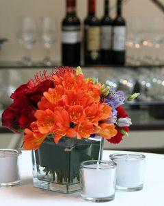 Koktélasztal dekoráció narancs piros virágokból