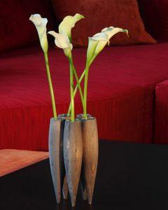 Fa vázában friss fehér kálák