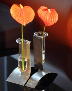 Egyszálas fémváza anthurium virágokkal