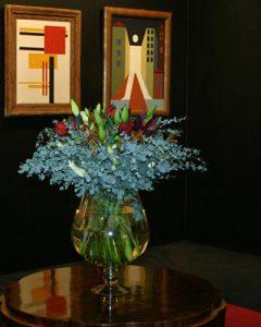 Eucalyptus és liliomok nappali asztalán