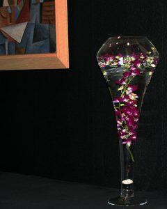 Dendrobium orchideák úsznak üvegvázában