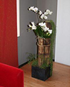Bambusz növénydekoráció díszít orchideákkal a lakásban
