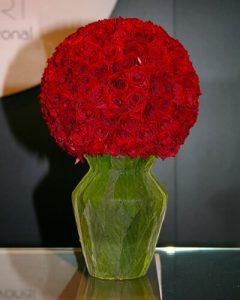 Vörös Vermont rózsák váza formába varázsolva