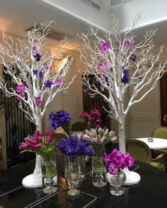 Fehér fák és tavaszi virágkompozíció