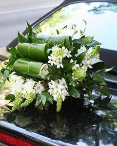 Esküvői autódísz motorháztetőn fehér virágokból