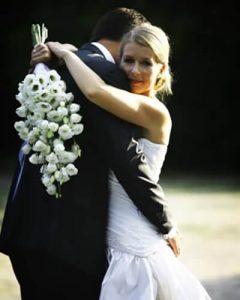 Hosszú menyasszonyi csokor fehér lisianthusból esküvői párral