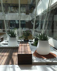 Modern növénydekoráció világító kaspókban zen stílusban