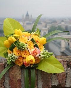 Sárga örömanyacsokor vegyes virágokból