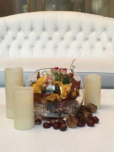 Őszi asztaldísz gesztenyével és gyertyákkal