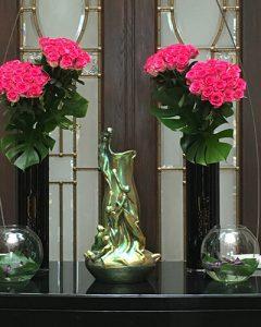 Pink rózsacsokrok recepció dekorációban
