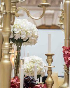Luxus rendezvénydekoráció arany gyertyatartókkal