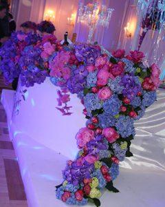 Asztalról lefolyó virággirland Bar Mitzvah asztaldekor