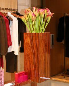 Gucci shop dekoráció magas vázában kálák