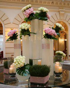 Fehér nagy vázákban rózsaszín-fehér rózsacsokrok