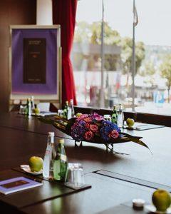 Luxus tárgyaló asztal dekoráció szállodában