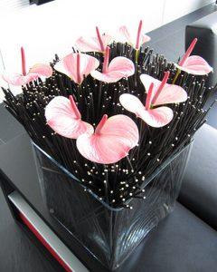 Irodai tárgyaló díszítése flamingó virággal