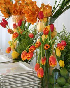 Büfédekoráció tulipánból és orchideából, gyümölcsökkel