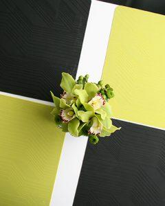 Zöld cymbidium orchideák kis üvegkockában